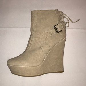 Beige boots platform with back lace